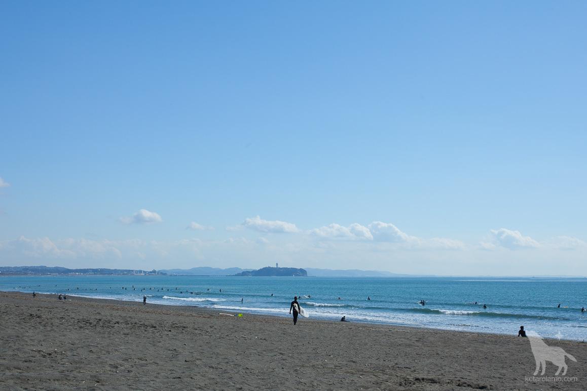 江ノ島と海とサーファー