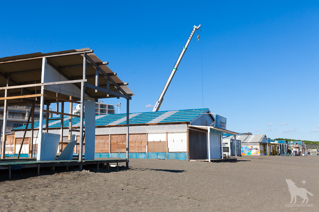海の家、解体中