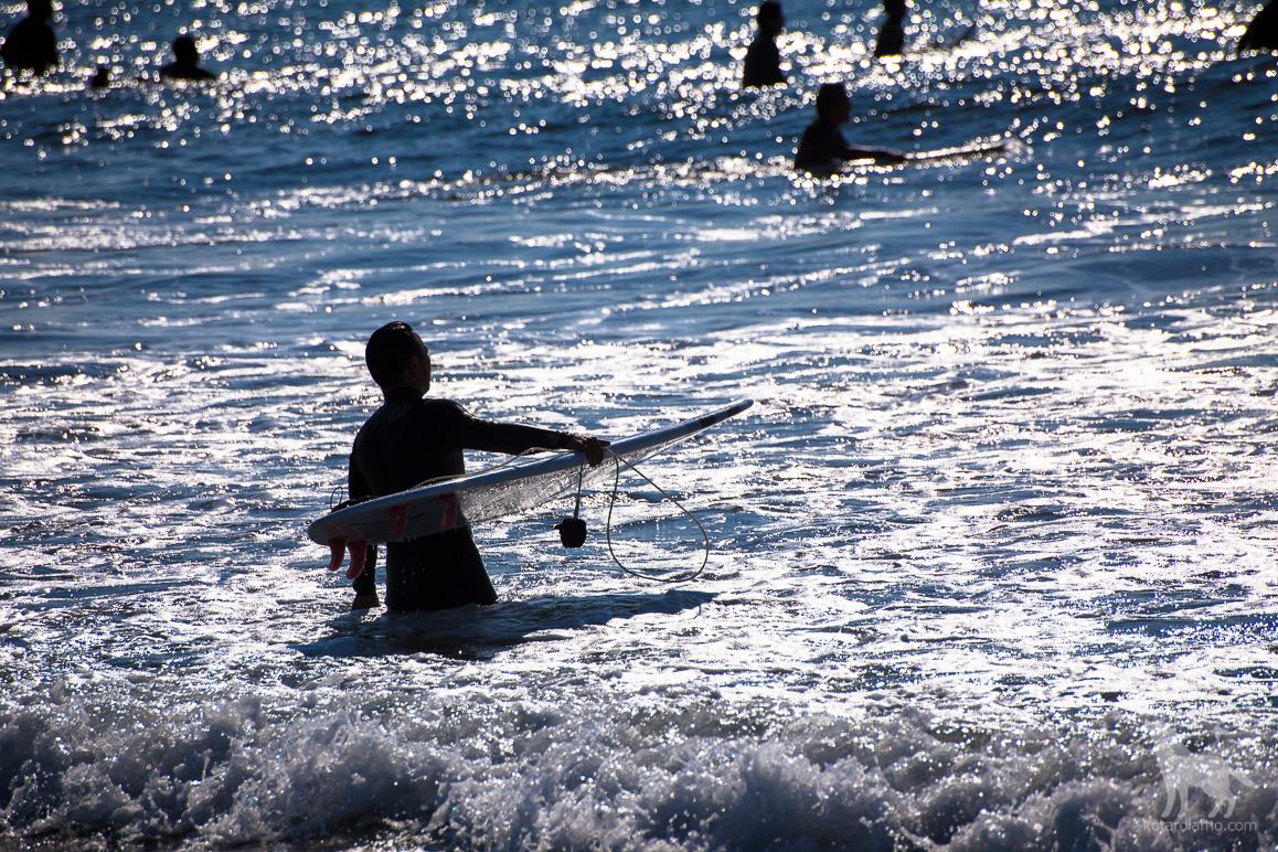 茅ヶ崎の海とサーファー