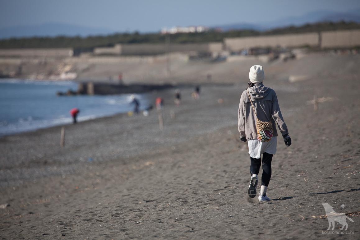 海辺を散歩する女性
