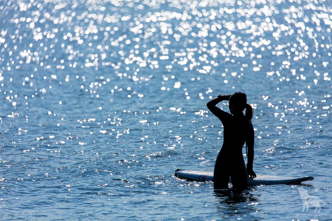 サーフガールと輝く水面