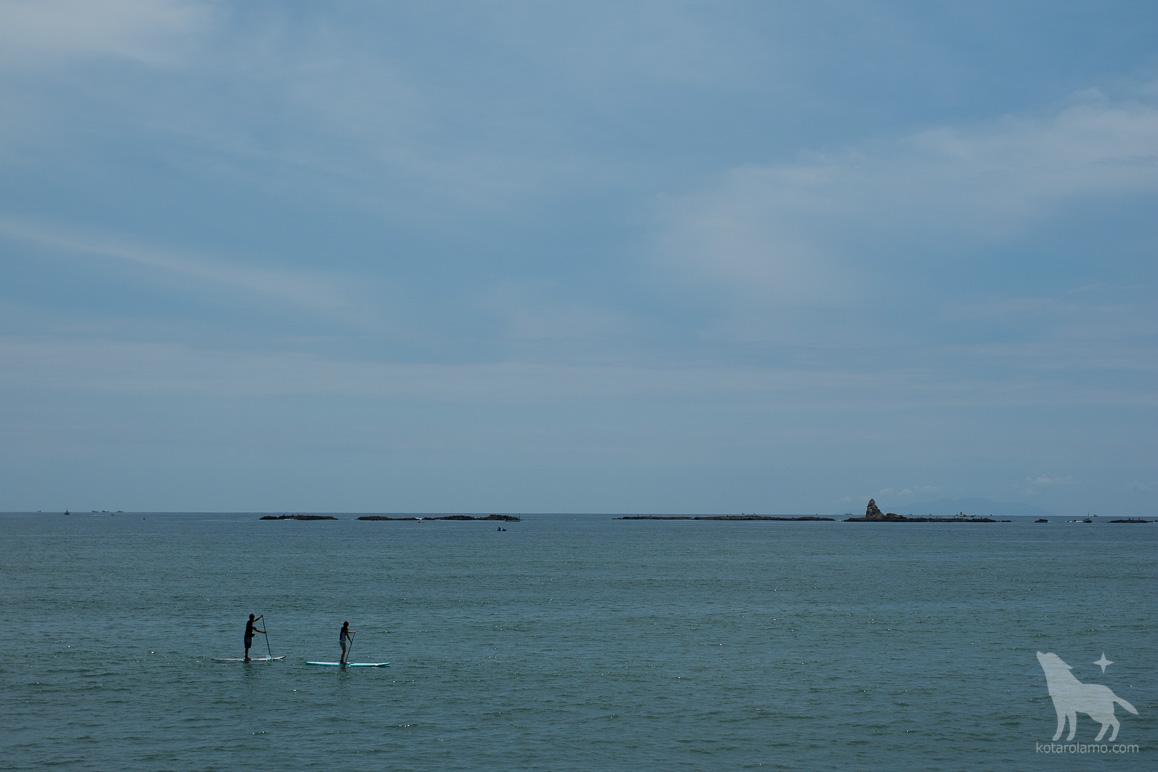 烏帽子岩と海に浮かぶ人たち