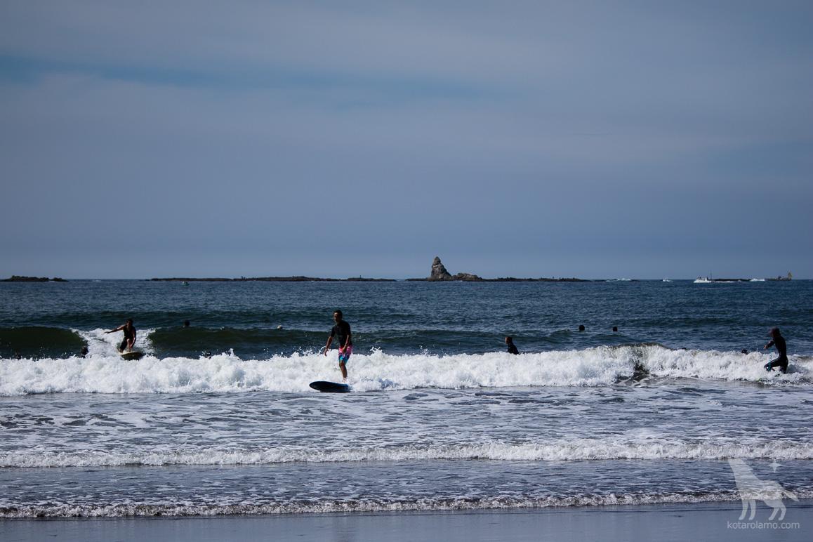 サーファーと烏帽子岩