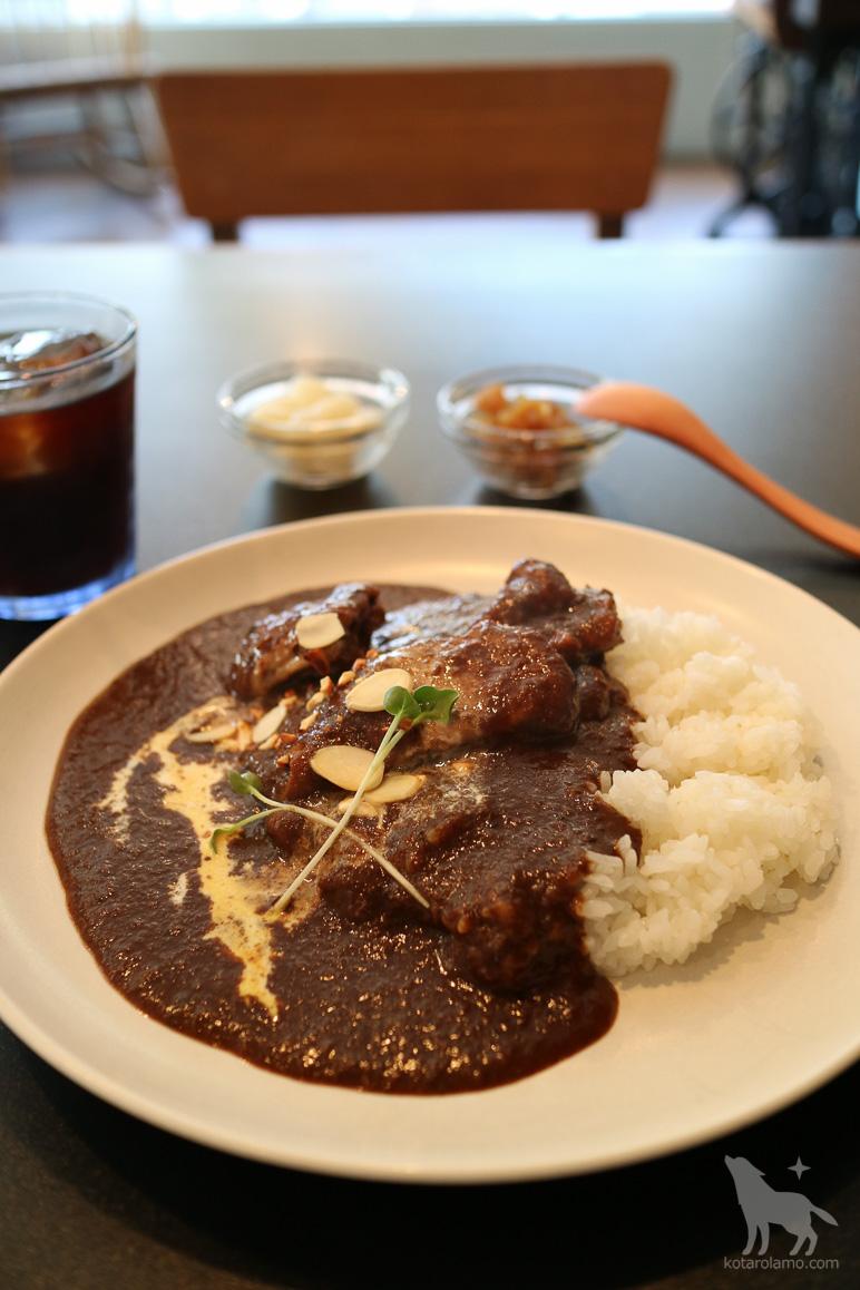 鎌倉、長谷のウーフカレーでチキンカレーを注文。