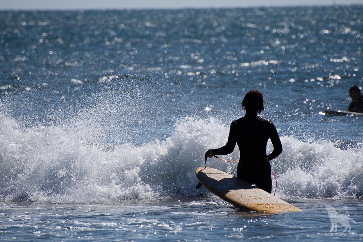 サーフガールと波しぶき