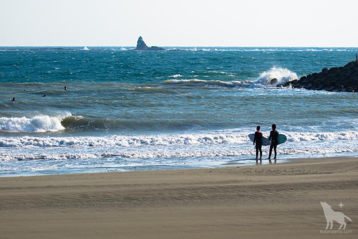 烏帽子岩とサーファーたち