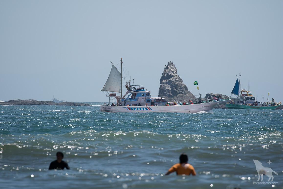 烏帽子岩と漁船