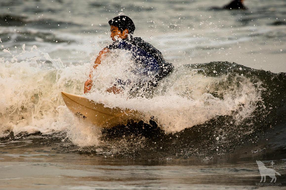 水しぶきをあげるサーファー