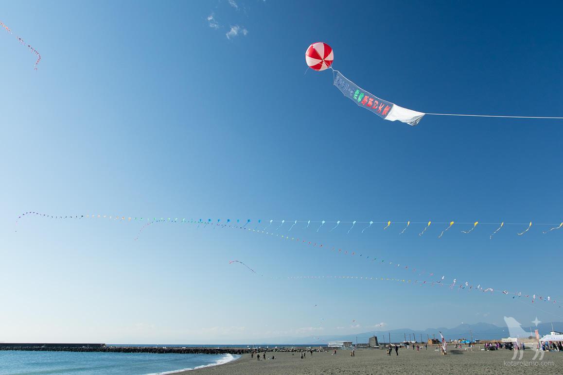 風になびく凧