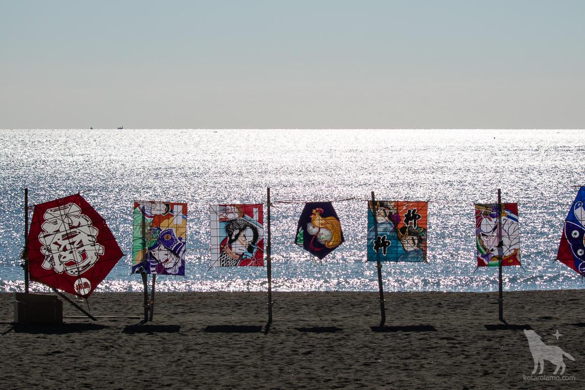海辺に飾られた凧