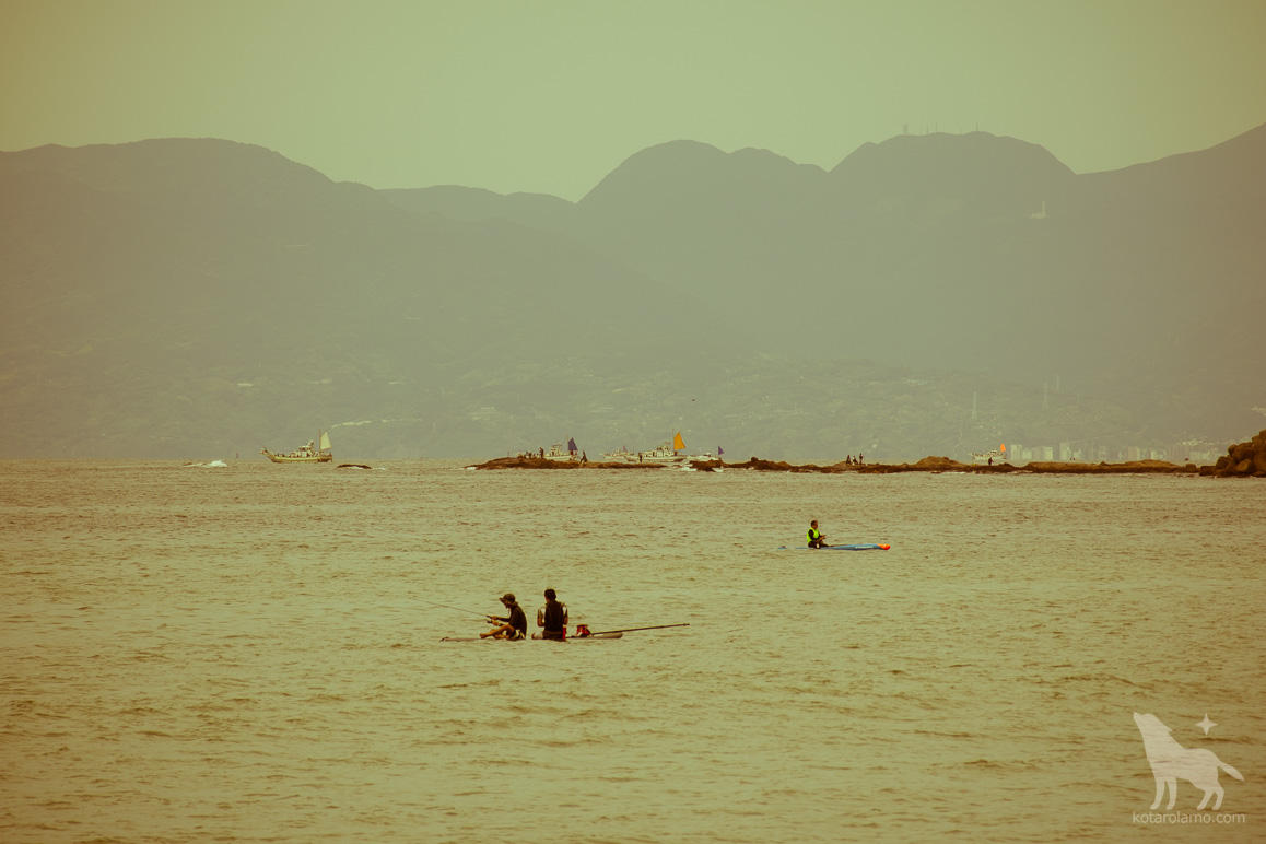 パドルサーフィンしながら釣りをする人 (1)