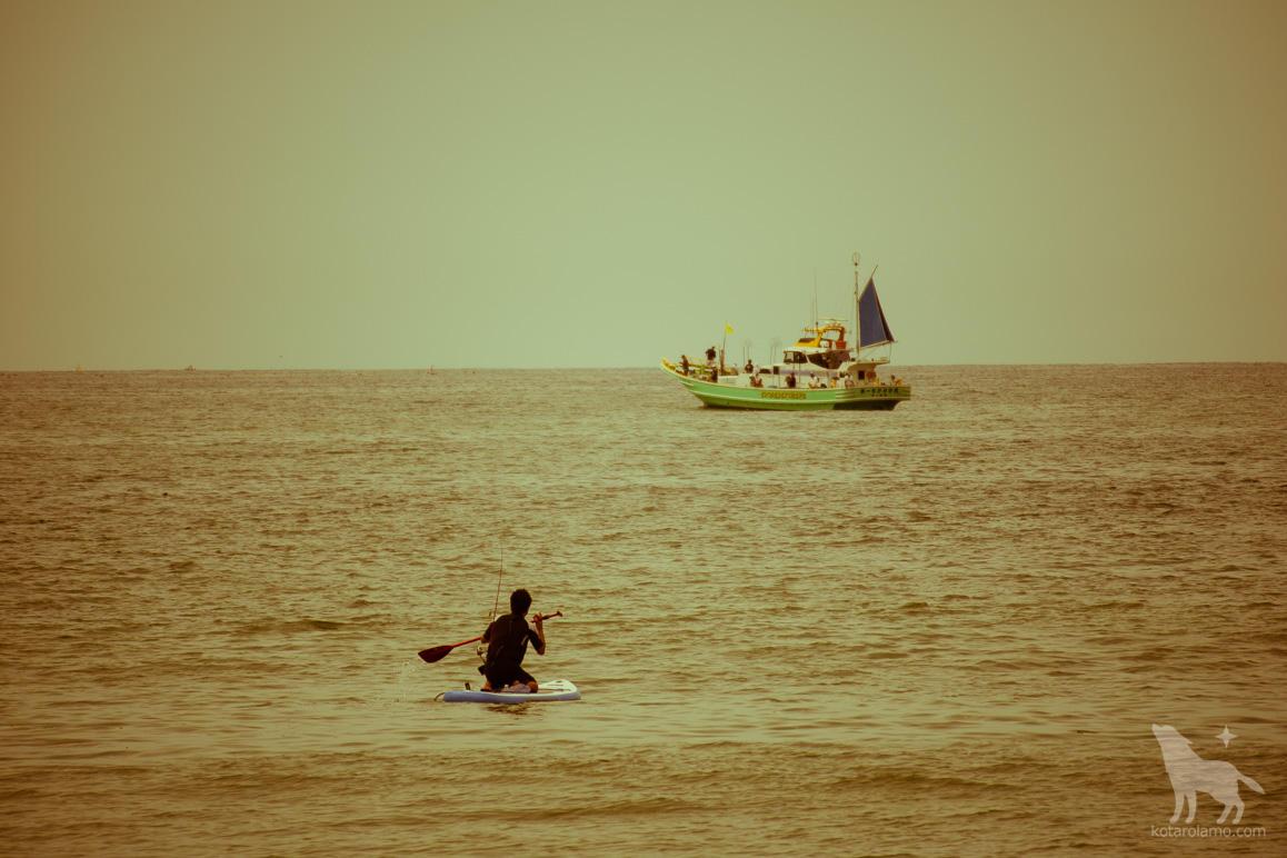 パドルサーフィンしながら釣りをする人 (2)