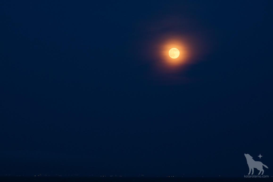 赤く光る月