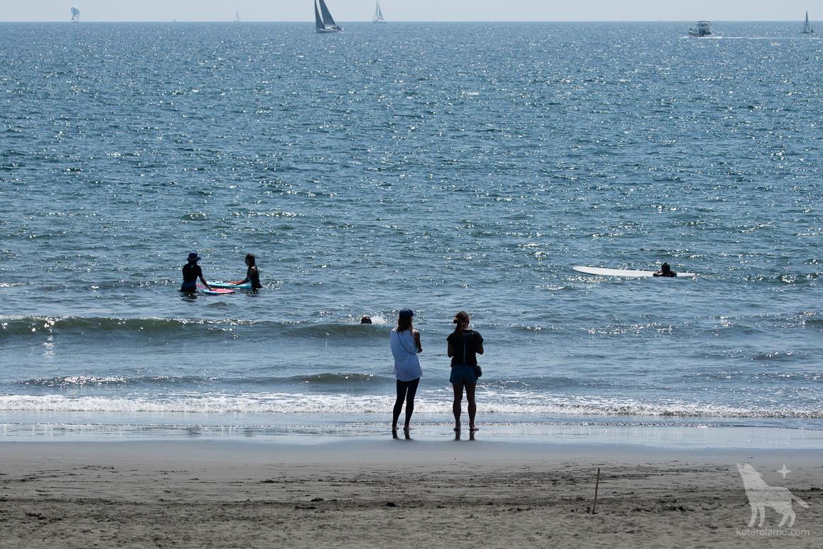 海辺でくつろぐ人々(2)