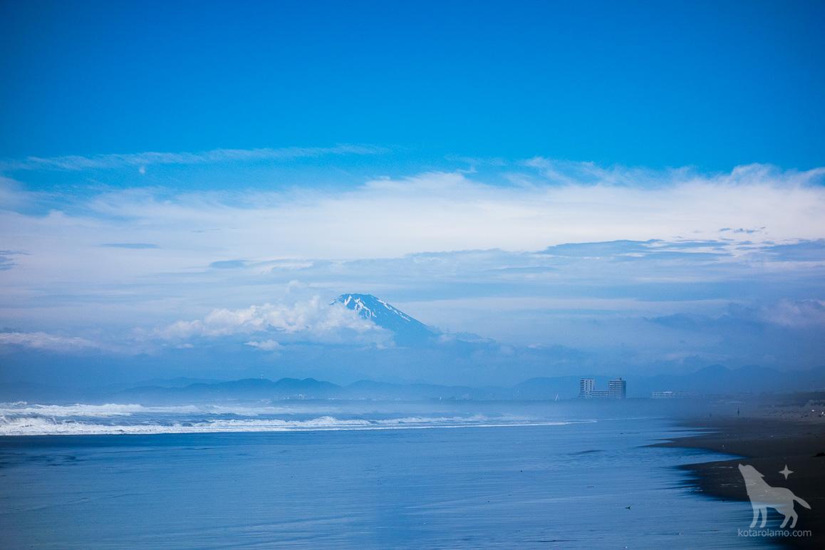 おぼろげに見える富士山