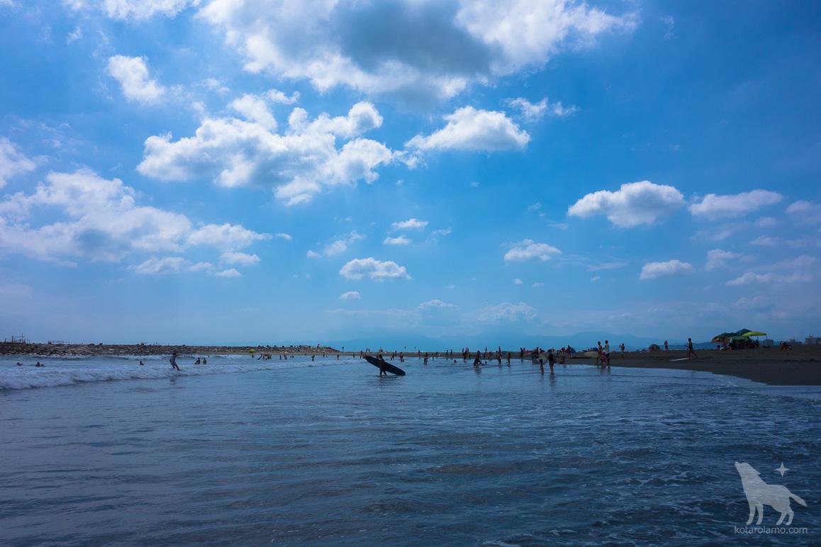 青空と海と海水浴客、そしてサーファー