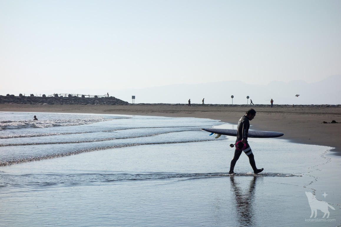 海から引き上げるサーファー