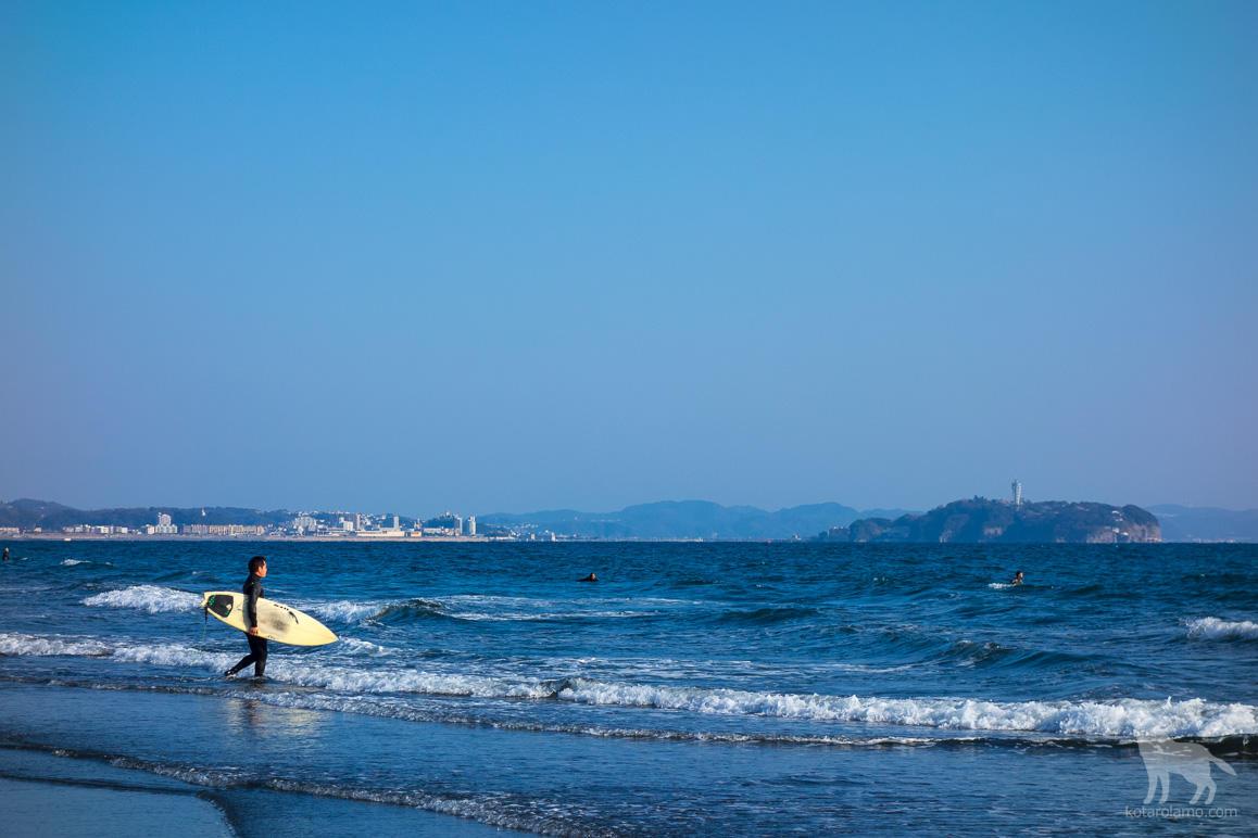 江の島とサーファー