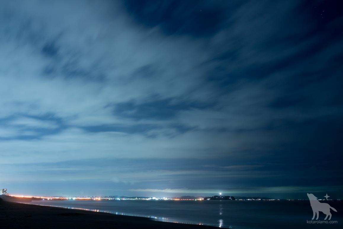 深夜の茅ヶ崎から江ノ島を眺める